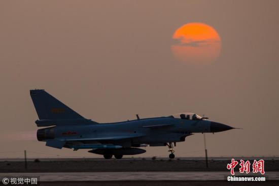 资料图:歼10战机迎着朝阳起飞。杨盼 摄 图片来源:视觉中国