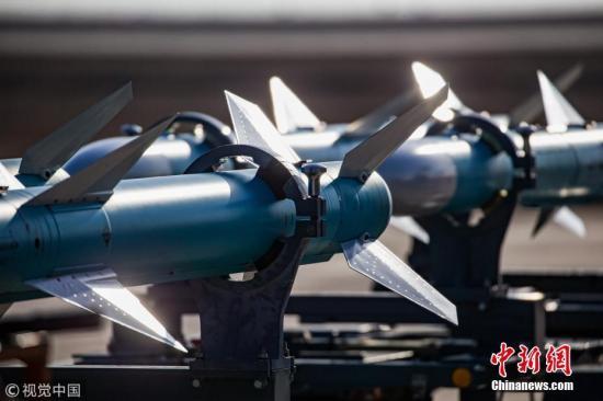 """据了解,""""金头盔""""被誉为中国空军歼击机飞行员最高荣誉,自2011年至今已连续组织7届,考核规则从同型机到异型机、从单机对抗到编队对抗、从远距中远距到中近距近距等不断变化,参考飞行员由关注队友到关注对手、关注赛场到关注战??,练为战的训练价值观牢固确立,成为检验和磨砺空军航空兵部队实战能力的有效平台。图为导弹的弹翼在阳光下熠熠生辉。 文字来源:空军记者 杨盼 摄 图片来源:视觉中国"""