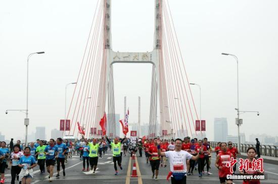11月12日,2017第二届南昌国际马拉松在南昌八一广场鸣枪开跑,来自40余个国家和地区的20000余名选手参赛。比赛分全程马拉松(42.195公里),半程马拉松(21.0975公里)和迷你马拉松(5公里)三个比赛项目。选手们依次经过八一起义纪念塔、八一大桥等标志性人文自然景观和建筑,最后抵达南昌国际体育中心。 刘占昆 摄