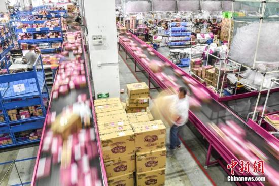 资料图:广州海关验放跨境货物。 中新社记者 陈骥�F 摄