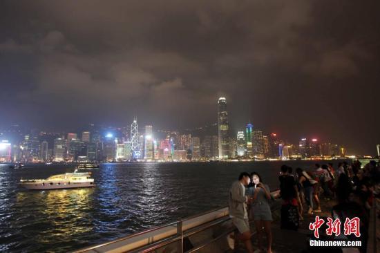 资料图:香港维港两岸灯饰璀璨,吸引不少市民及游客观赏。 记者 洪少葵 摄