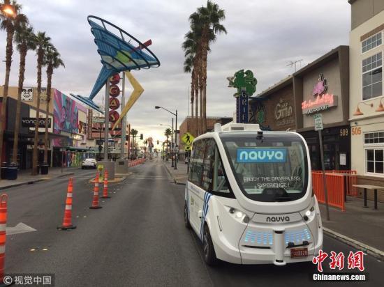 """拉斯维加斯市警官亚丁・奥坎波-戈麦斯说,由于卡车司机违规,导致两车在巷口发生刮蹭事故。警方向卡车司机开了罚单。这是第一辆在美国面向大众服务的""""阿马""""牌无人驾驶摆渡车。这辆椭圆形摆渡车由法国Navya公司生产,美国凯欧利运输公司运营,最多可容纳12名乘客,最大时速45英里(72公里)。 文字来源:新华网 图片来源:视觉中国"""