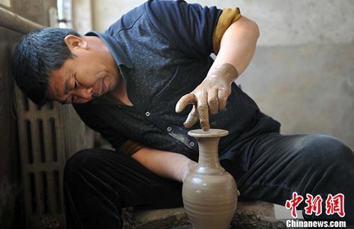 资料图:黑陶匠人正在进行拉坯制作。 中新社记者 韩冰 摄