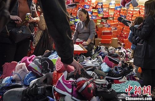 11月12日,北京天和白马服装商城内,商户的低价甩货吸引了大量民众。天和白马服装商城于2013年开业,是一家大型服装批发市场,经营面积4万多平方米。随着北京疏解非首都功能工作的推进,该商城将于11月13日关闭,在此之前动物园地区12家批发市场中已有10家被疏解关闭。 /p记者 贾天勇 摄