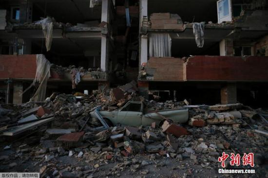 当地时间11月12日,两伊边界附近地区发生强震,已经导致上千人死伤。强震还引发山体滑坡,阻碍救援工作。伊朗最高领袖哈梅内伊敦促救援人员和政府机构全力帮助受灾者。法新社援引伊朗官员最新消息称,地震在该国已经导致164人死亡,1600人受伤。伊拉克方面此前则称,地震在该国导致6人死亡,数百人受伤。图为伊朗克尔曼沙赫省房屋受地震影响发生倒塌。