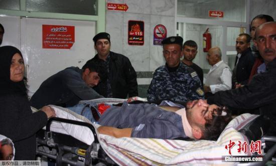 当地时间11月12日,伊拉克苏莱曼尼亚,伊拉克北部发生地震,伤者抵达医院接受治疗。