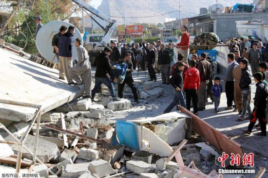 伊朗Darbandikhan,人们在瓦砾中进行救援。