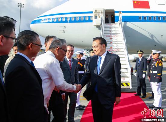 当地时间11月12日下午,应东盟轮值主席国菲律宾总统杜特尔特邀请,中国国务院总理李克强乘专机抵达马尼拉,出席12日至14日在这里举行的第20次中国-东盟(10+1)领导人会议、第20次东盟与中日韩(10+3)领导人会议和第12届东亚峰会,并在与会后对菲律宾进行正式访问。<a target='_blank' href='http://www.chinanews.com/'>中新社</a>记者 刘震 摄