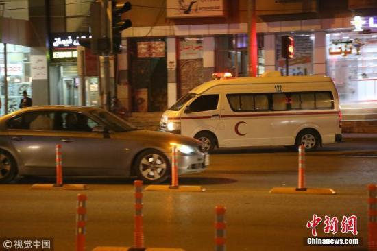 当地时间11月12日晚,伊拉克苏莱曼尼亚街头急救车将受伤人员送往医院。图片来源:视觉中国