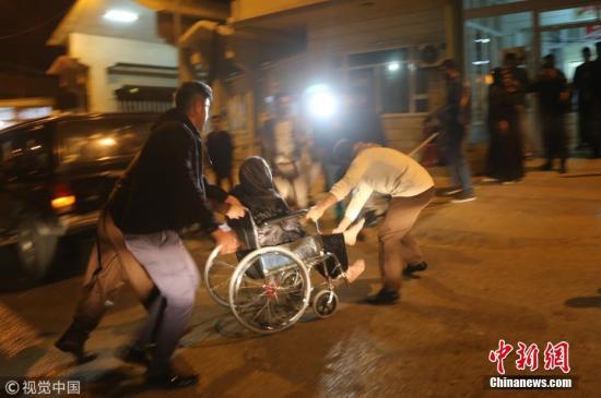 当地时间11月12日,伊拉克苏莱曼尼亚,伊拉克北部发生地震,伤者抵达医院接受治疗。图片来源:视觉中国