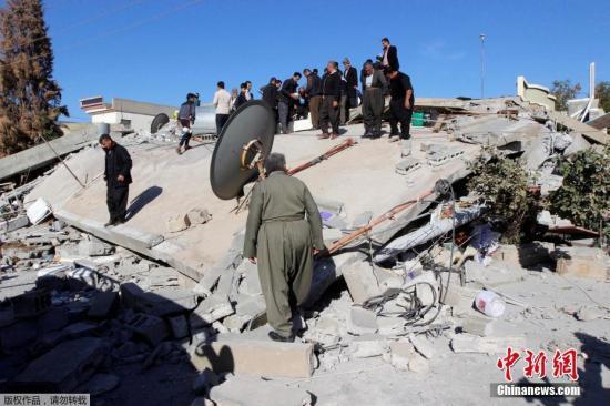伊朗救援人员在废墟中搜寻幸存者。