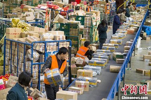 资料图:山西太原,邮政工作人员分拣快递。 中新社记者 张云 摄