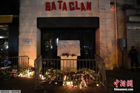 资料图:当地时间11月13日,法国巴黎民众举行纪念仪式,纪念两年前在巴黎恐袭事件中遇难的受害者。