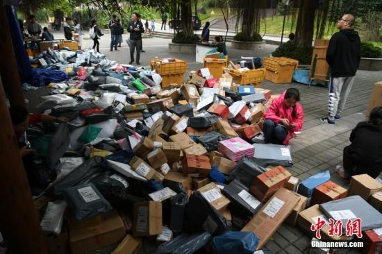"""資料圖:隨著2017年""""雙十一""""的結束,重慶一高校內快遞包裹已經開始""""堆積如山""""。陳超攝"""