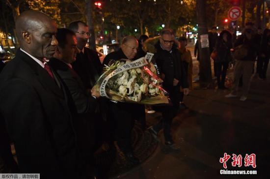 """当地时间11月13日,法国巴黎民众举行纪念仪式,纪念两年前在巴黎恐袭事件中遇难的受害者。2015年11月13日,法国遭遇了历史上最严重的恐怖袭击,9名凶手先后在巴黎市区多处地点发起恐怖袭击,共造成130人死亡、350人受伤,极端组织""""伊斯兰国""""随后""""认领""""此次恐袭。时任总统奥朗德当晚发表电视讲话称恐怖组织向法国""""发起战争"""",并宣布法国进入紧急状态。"""