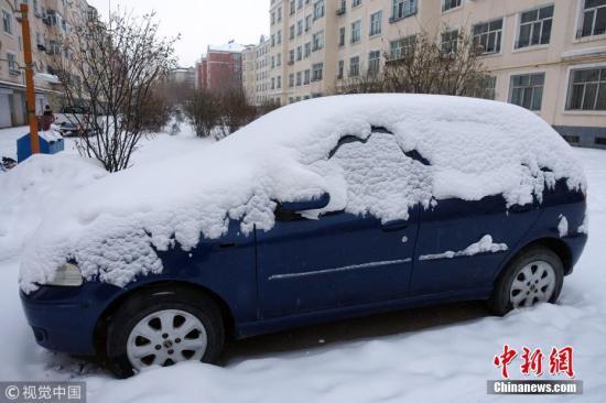 11月14日,入冬第一场大雪过后,内蒙古呼伦贝尔市到处银装素裹,白茫茫一片。据呼伦贝尔气象台预报:全市多个旗市的最低气温都降至-15℃以下,其中牙克石市图里河地区降至-30℃。余昌军 摄 图片来源:视觉中国