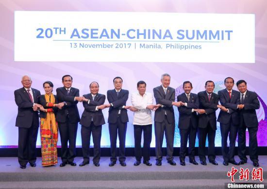 当地时间11月13日上午,中国国务院总理李克强在菲律宾国际会议中心出席第20次中国-东盟(10+1)领导人会议。东盟十国领导人与会。李克强与菲律宾总统杜特尔特共同主持会议。图为会前,李克强与东盟十国领导人共同合影。<a target='_blank' href='http://www.chinanews.com/'>中新社</a>记者 刘震 摄