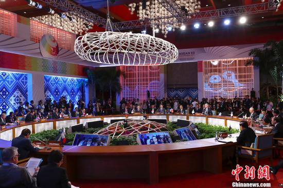 当地时间11月14日上午,中国国务院总理李克强在菲律宾国际会议中心出席第20次东盟与中日韩(10+3)领导人会议,东盟十国领导人以及日本首相安倍晋三、韩国总统文在寅共同出席。 <a target='_blank' href='http://www.chinanews.com/'>中新社</a>记者 刘震 摄