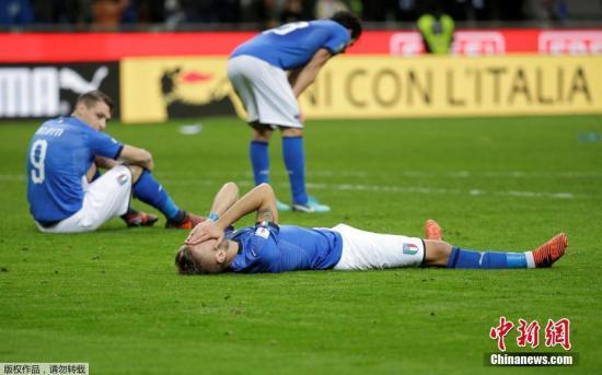 北京时间11月14日凌晨,2018年俄罗斯世界杯预选赛欧洲区附加赛第二回合,意大利坐镇主场圣西罗迎战瑞典,最终0:0战平,意大利总比分0:1无缘世界杯。终场哨响后,多名意大利球员跪地掩面哭泣。