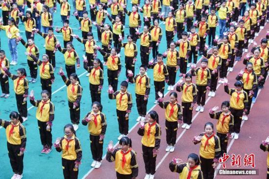 11月14日,贵阳市兴关小学学生在课间做戏曲广播操。。 中新社记者 贺俊怡 摄