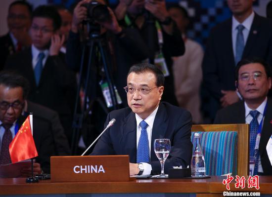 当地时间11月14日上午,中国国务院总理李克强在菲律宾国际会议中心出席第20次东盟与中日韩(10+3)领导人会议,东盟十国领导人以及日本首相安倍晋三、韩国总统文在寅共同出席。图为李克强出席会议并发言。 <a target='_blank' href='http://www.chinanews.com/'>中新社</a>记者 刘震 摄