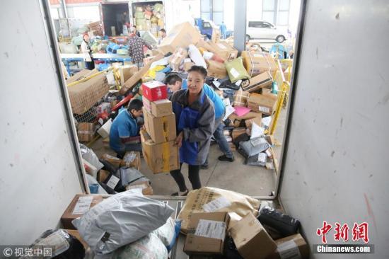 """资料图:正常情况下,快递员张红玲每天要投递七八百件快递。""""双11""""到来后,张红玲每天的投递量将达1000件以上。王彪 摄 图片来源:视觉中国"""