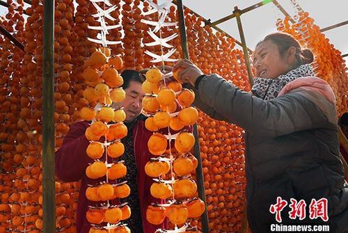 资料图:柿子深加工助力陕西一农村脱贫。中新社记者 宋吉河 摄(图文无关)