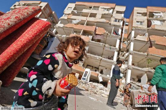 当地时间2017年11月14日,伊朗,民众返回废墟寻找可用物品,在废墟外搭建临时帐篷。
