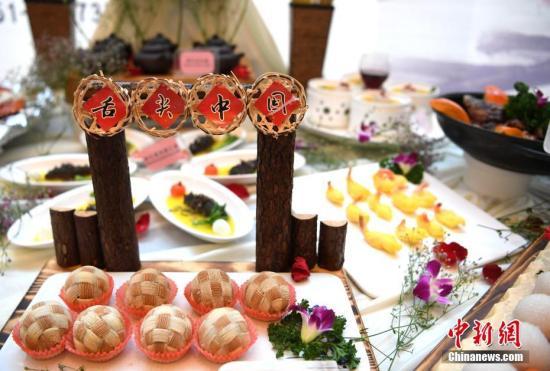 11月15日,第七届中国徽菜博览会在合肥中国书法大厦开幕,来自安徽各地的徽菜创意菜如一件件艺术品,令人耳目一新。中新社记者 赵强 摄