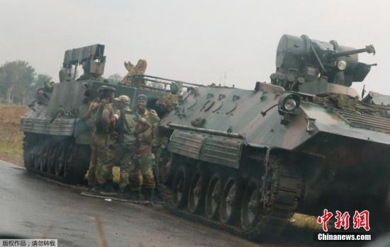 资料图:当地时间11月14日,津巴布韦首都哈拉雷,士兵站在军车旁。据多家外媒报道,津巴布韦首都哈拉雷连续发生数起爆炸,并有大批陆军部队开进城中。有部队夺取了津巴布韦国家电视台的控制权。