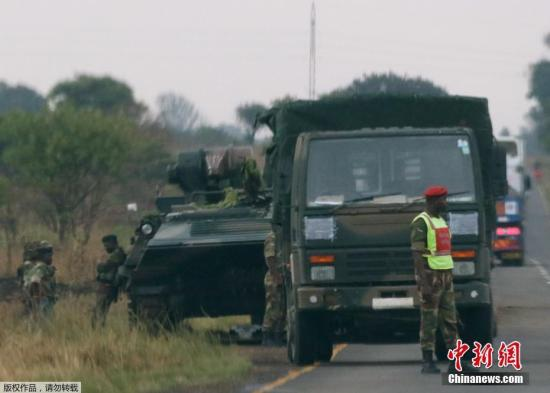 资料图:据多家外媒报道,津巴布韦首都哈拉雷连续发生数起爆炸,并有大批陆军部队开进城中。有部队夺取了津巴布韦国家电视台的控制权。