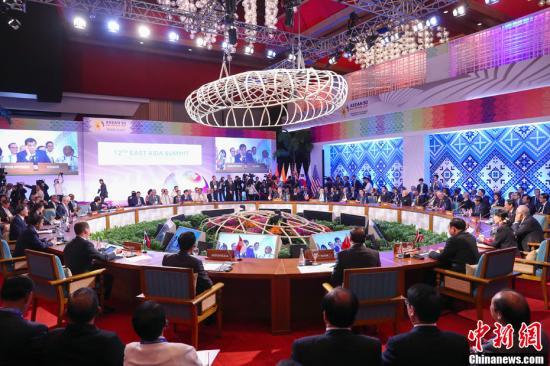 当地时间11月14日,中国国务院总理李克强在菲律宾国际会议中心出席第12届东亚峰会,东盟十国领导人以及韩国总统文在寅、俄罗斯总理梅德韦杰夫、日本首相安倍晋三、印度总理莫迪、澳大利亚总理特恩布尔、新西兰总理阿德恩、美国国务卿蒂勒森等出席。中新社记者 刘震 摄