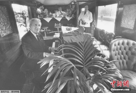 """资料图:1985年6月18日,德国西部纽伦堡,一名音乐家坐在""""东方快车""""酒吧内演奏钢琴。"""