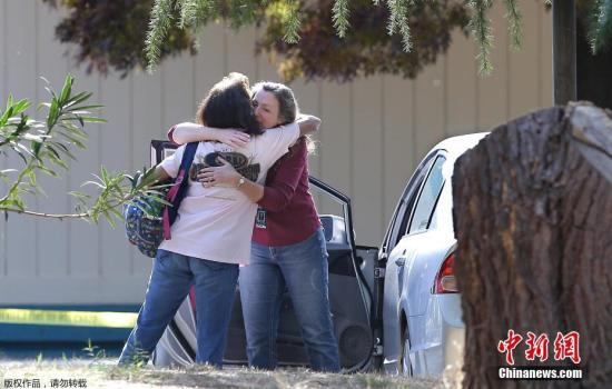两名学生家长相拥而泣。