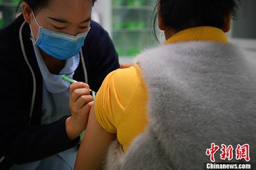 资料图:市民接种四价宫颈癌疫苗。中新社记者 刘冉阳 摄