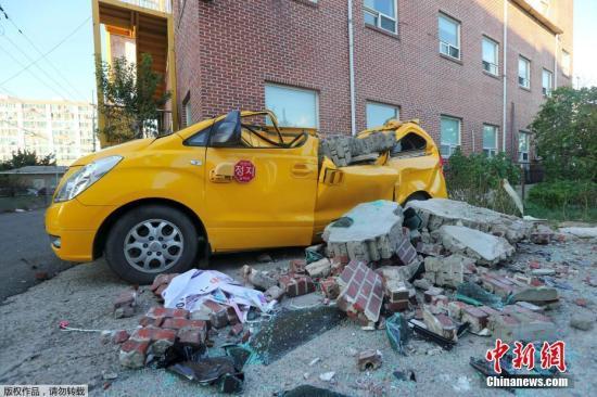 当地时间11月15日下午2时29分许,韩国庆尚北道浦项市以北6公里处发生5.4级地震,截至当天下午7点已有2人受重伤,37人轻伤,71处设施受损,受伤人员规模和财产损失还在不断增加。