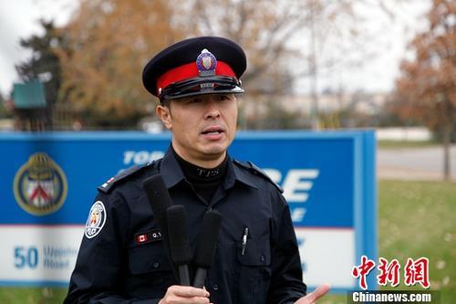 当地时间11月15日,多伦多警队华人社区联络警官杨乾良接受记者采访时提醒广大中国留学生,不要轻易把隐私信息和钱财提供给他人,要与国内的父母保持良好沟通。如果接到可疑电话,可先向同学、老师和家人反映,或向警方咨询,大家共同努力就能杜绝骗局发生。近期加拿大多伦多连续发生多起针对中国留学生的以虚拟绑架进行电信诈骗的案件,数名学生一度受骗并在骗徒操控下与外界失联。中新社记者 余瑞冬 摄