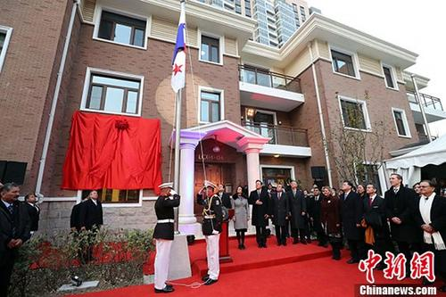 11月16日,巴拿马驻华大使馆在北京正式开馆,并升起巴拿马国旗。 中新社记者 张宇 摄