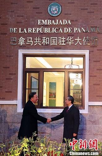 11月16日,巴拿马驻华大使馆在北京正式开馆。巴拿马总统巴雷拉(左)和中国外交部长王毅(右)共同出席开馆仪式。 中新社记者 张宇 摄