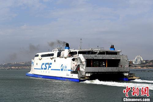 """原料图:""""海峡号""""载着旅客从福建平潭澳前码头驶向台湾。 中新社记者 王东明 摄"""