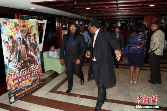 当地时间11月16日晚,中国驻南非使馆在行政首都比勒陀利亚布鲁克林SK电影院举办《战狼2》电影招待会,来自中国驻南使馆、南非政府部门、学界代表等数百名友好人士到场观影。《战狼2》很多镜头在南非拍摄,近期开始在南非一些主要电影院上映,受到了南非各方的欢迎。中新社记者 宋方灿 摄