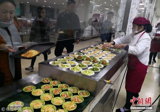 资料图:民众选购食品。 图片来源:视觉中国