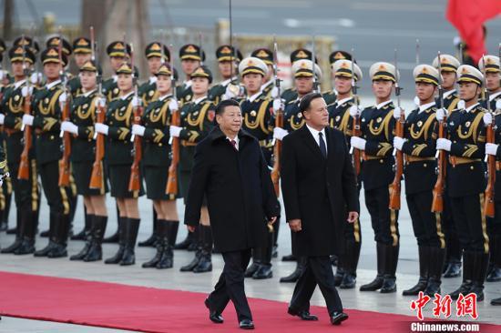 11月17日,中国国家主席习近平在北京人民大会堂东门外广场举行欢迎仪式,欢迎巴拿马共和国总统巴雷拉访华。 中新社记者 盛佳鹏 摄