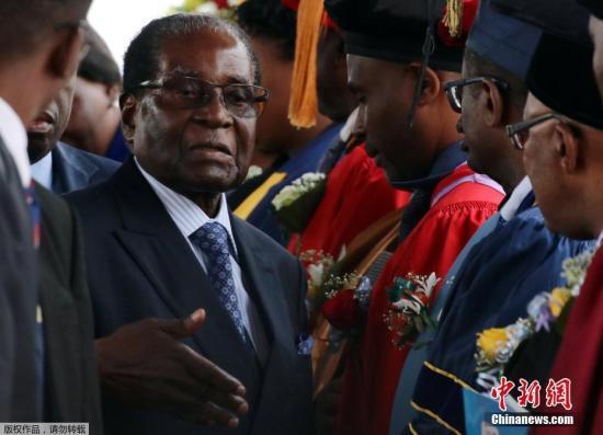 """据外媒报道,自11月15日津巴布韦政局突变后,总统穆加贝首度公开露面,他11月17日在首都哈拉雷出席了一场毕业典礼仪式。津巴布韦近日政局突变,该国军方15日宣布采取行动,控制总统穆加贝及其家人,但否认发动""""政变""""。穆加贝据称被软禁在私人官邸""""蓝宫"""",但拒绝下台,坚持要完成当前任期。有消息显示,军方将领正计划组成过渡政府,推举上周被撤职的前副总统姆南加古瓦任临时领导人,多名反对派领袖已获邀请加入政府。11月16日,津巴布韦总统穆加贝与津国防军司令康斯坦丁·古韦亚·奇文加见面并会谈。"""