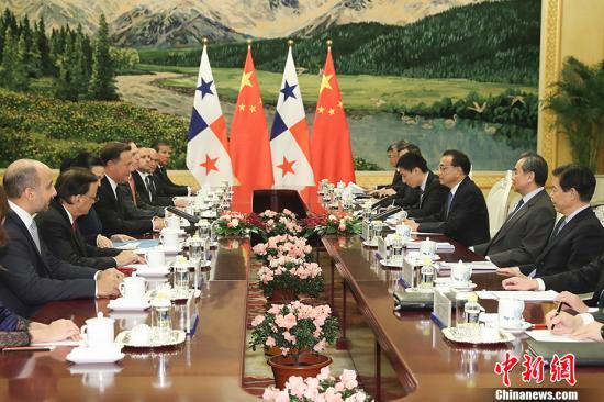 11月17日,中国国务院总理李克强在北京人民大会堂会见巴拿马共和国总统巴雷拉。 中新社记者 盛佳鹏 摄