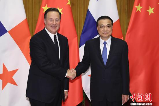 11月17日,中国国务院总理李克强在北京人民大会堂会见巴拿马共和国总统巴雷拉。 记者 盛佳鹏 摄