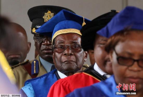 图为11月17日,津巴布韦总统穆加贝在首都哈拉雷出席一场毕业典礼仪式。