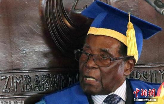 自11月15日津巴布韦政局突变后,总统穆加贝首度公开露面。