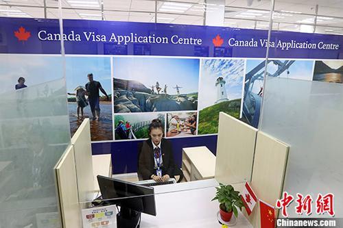 11月17日,南京加拿大签证中心正式启用。当日,南京、成都、杭州、济南、昆明、沈阳和武汉7个加拿大签证中心同时启用。至此,加拿大在中国大陆共设有11个签证中心。 中新社记者 泱波 摄