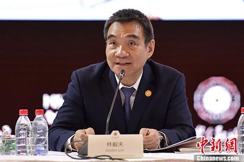 """11月17日,国际金融论坛第14届全球年会的领袖对话会在广州举行,世界银行前副行长兼首席经济学家林毅夫出席会议并表示,中国可通过五大产业的创新实现中国""""强起来""""的目标。 <a target='_blank' href='http://www.chinanews.com/'>中新社</a>记者 陈骥�F 摄"""